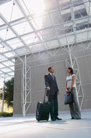 Two businesspeople talking in lobby 11021003361| 写真素材・ストックフォト・画像・イラスト素材|アマナイメージズ