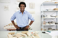 Portrait of architect with model houses 11021003822  写真素材・ストックフォト・画像・イラスト素材 アマナイメージズ