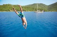 Mid adult man jumping into water 11021004330| 写真素材・ストックフォト・画像・イラスト素材|アマナイメージズ