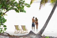 Couple looking at view on beach 11021004575  写真素材・ストックフォト・画像・イラスト素材 アマナイメージズ