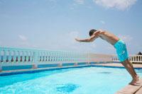 Mid adult man diving into swimming pool 11021004651| 写真素材・ストックフォト・画像・イラスト素材|アマナイメージズ