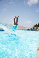 Mid adult man diving into swimming pool 11021004652| 写真素材・ストックフォト・画像・イラスト素材|アマナイメージズ
