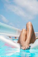 Woman lying on pool raft 11021004656| 写真素材・ストックフォト・画像・イラスト素材|アマナイメージズ