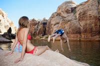 Young woman looking at boyfriend diving 11021004999| 写真素材・ストックフォト・画像・イラスト素材|アマナイメージズ