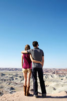 Young couple looking at rocky landscape 11021005097  写真素材・ストックフォト・画像・イラスト素材 アマナイメージズ