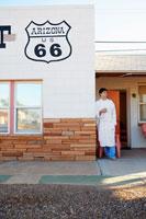 Young man at motel in morning 11021005128| 写真素材・ストックフォト・画像・イラスト素材|アマナイメージズ