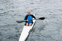 Mature woman kayaking 11021005650| 写真素材・ストックフォト・画像・イラスト素材|アマナイメージズ
