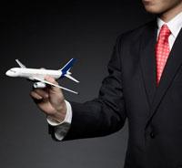 Businessman Holding Airplane Model 11021006431| 写真素材・ストックフォト・画像・イラスト素材|アマナイメージズ