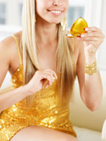 Mid-Adult Woman Looking in Hand Mirror 11021007455| 写真素材・ストックフォト・画像・イラスト素材|アマナイメージズ