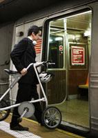 Businessman with Bicycle Boarding Subway Train 11021007944| 写真素材・ストックフォト・画像・イラスト素材|アマナイメージズ