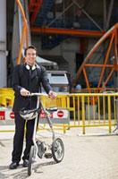Businessman with Bicycle at Roosevelt Island Tramway 11021007959| 写真素材・ストックフォト・画像・イラスト素材|アマナイメージズ