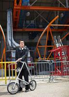 Businessman with Bicycle at Roosevelt Island Tramway 11021007960| 写真素材・ストックフォト・画像・イラスト素材|アマナイメージズ
