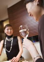 ワインを楽しむ女性 11022001896| 写真素材・ストックフォト・画像・イラスト素材|アマナイメージズ