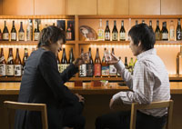 居酒屋で酒を飲む男性たち
