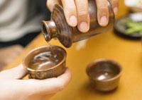日本酒を注ぐ手