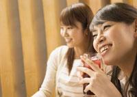 飲み会をする女性たち