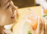 カクテルを飲む女性