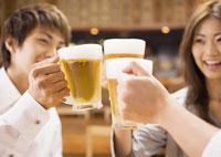 ビールで乾杯をする若者たち