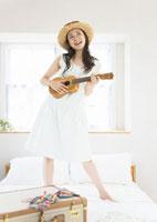 ウクレレを弾く女性 11022003706| 写真素材・ストックフォト・画像・イラスト素材|アマナイメージズ