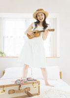 ウクレレを弾く女性 11022003707| 写真素材・ストックフォト・画像・イラスト素材|アマナイメージズ