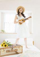 ウクレレを弾く女性 11022003708| 写真素材・ストックフォト・画像・イラスト素材|アマナイメージズ