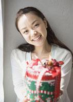 クリスマスプレゼントを差し出す女性