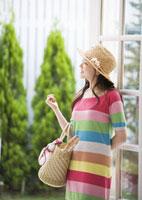 買い物かごを持つ女性