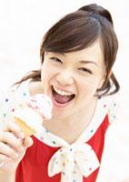 アイスクリームを食べる女性