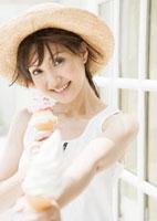 アイスクリームを差し出す女性