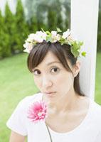 花冠を被った女性