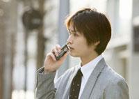 携帯電話をかけるビジネスマン 11022004112| 写真素材・ストックフォト・画像・イラスト素材|アマナイメージズ