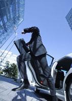 タクシーから降りるビジネスマン 11022004228| 写真素材・ストックフォト・画像・イラスト素材|アマナイメージズ