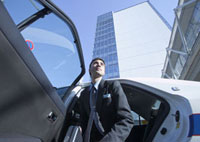 タクシーから降りるビジネスマン