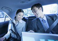 打ち合わせをするビジネスマンとビジネスウーマン 11022004241| 写真素材・ストックフォト・画像・イラスト素材|アマナイメージズ