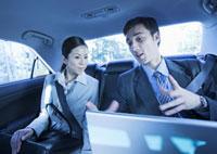 打ち合わせをするビジネスマンとビジネスウーマン 11022004242| 写真素材・ストックフォト・画像・イラスト素材|アマナイメージズ