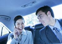 笑顔のビジネスマンとビジネスウーマン 11022004246| 写真素材・ストックフォト・画像・イラスト素材|アマナイメージズ