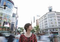 街角の若い女性