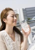 ソーダ水を飲む若い女性