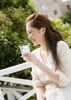 ソーダ水を持つ若い女性