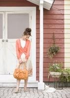 玄関の若い女性と猫