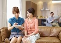タブレットPCを操作するミドル女性とシニア女性