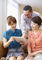 タブレットPCを操作する家族