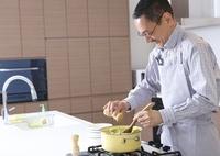 料理をするシニア男性