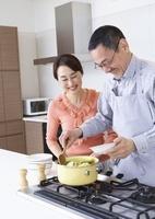 料理を楽しむシニア夫婦 11022006411| 写真素材・ストックフォト・画像・イラスト素材|アマナイメージズ