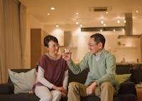 ソファでくつろぐシニア夫婦 11022006421| 写真素材・ストックフォト・画像・イラスト素材|アマナイメージズ