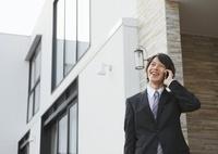 スマートフォンで通話するビジネスマン 11022006431| 写真素材・ストックフォト・画像・イラスト素材|アマナイメージズ