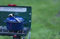 バーベキューコンロと鍋 11023002040| 写真素材・ストックフォト・画像・イラスト素材|アマナイメージズ
