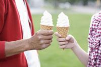 ソフトクリームを持つカップル