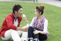 ソフトクリームを食べるカップル 11023002925| 写真素材・ストックフォト・画像・イラスト素材|アマナイメージズ