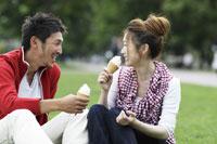 ソフトクリームを食べるカップル